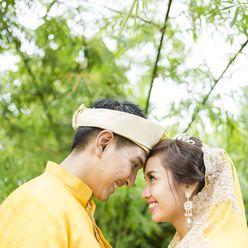 Ethnical yellow wedding photo session ideas